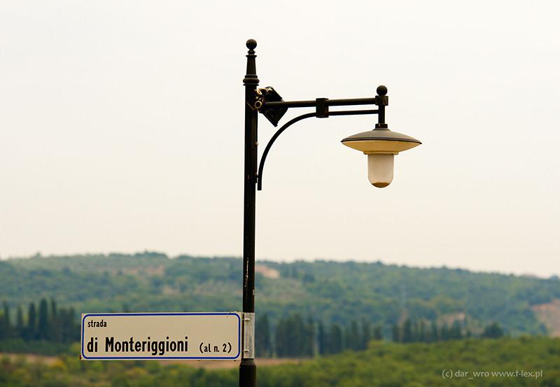 Lampa uliczna w miejscowości Montereggioni w Toskani
