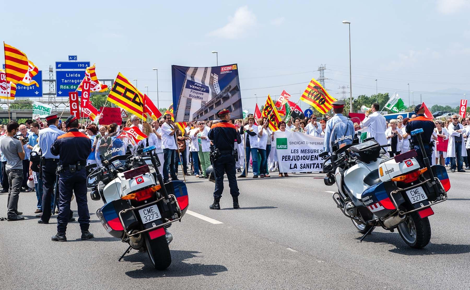 Protest pracowników służby zdrowia na autostradzie pomiędzy Barcekoną a lotniskiem El Prat