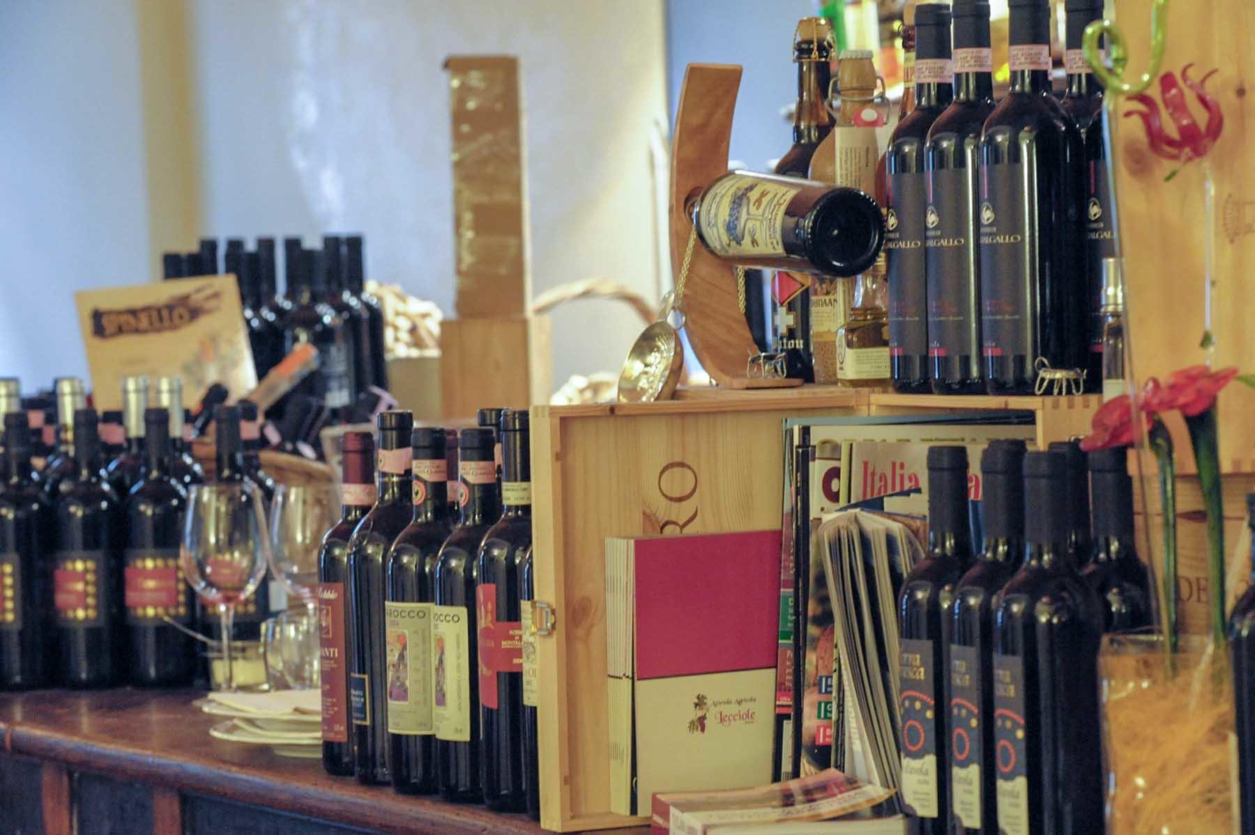 Butelki z toskańskim winem we włoskiej restauracji we Florencji