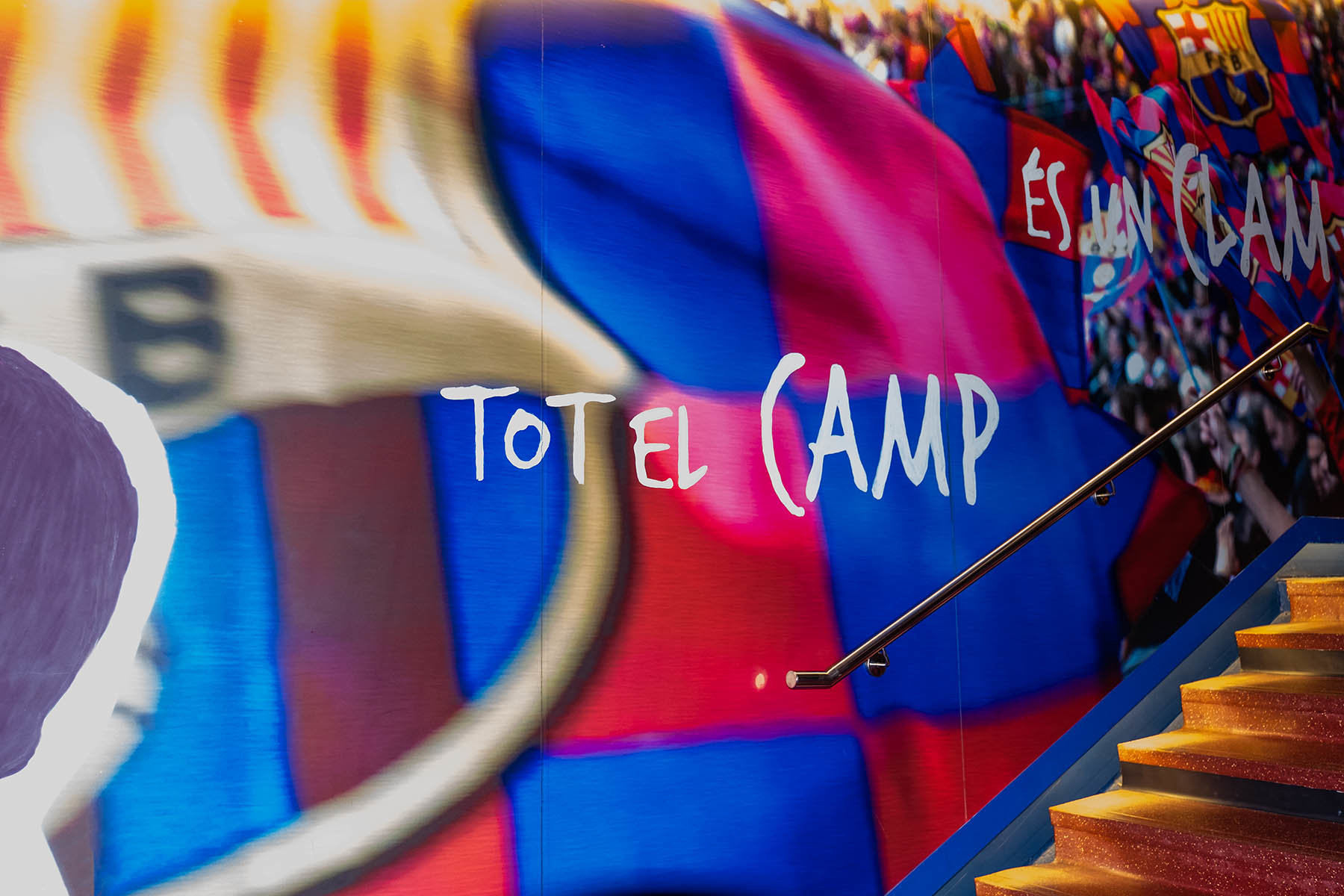 Kolorowe wejście na murowę stadionu Camp Nou w Barcelonie