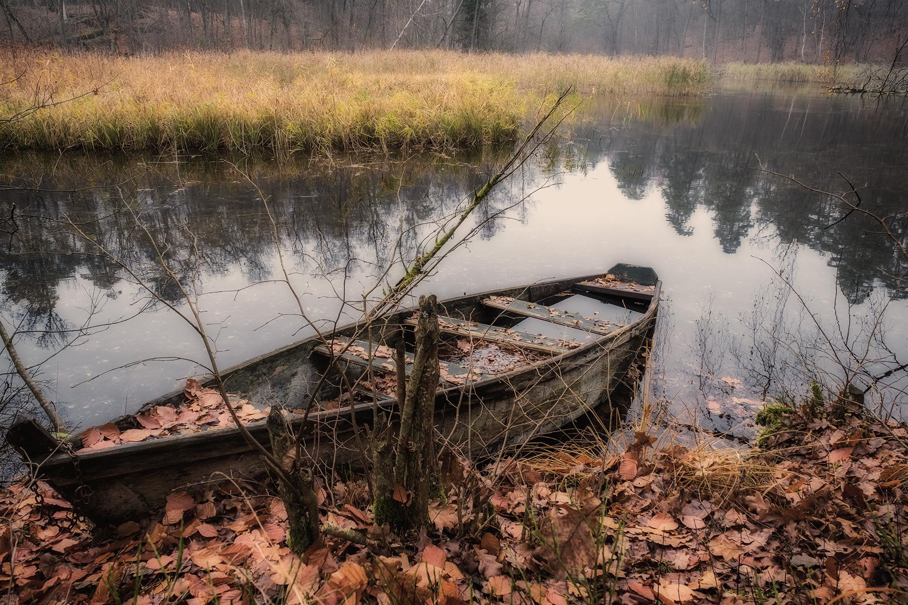 Jesienny pejzarz ze starą łodzią na rzecze Krutyni