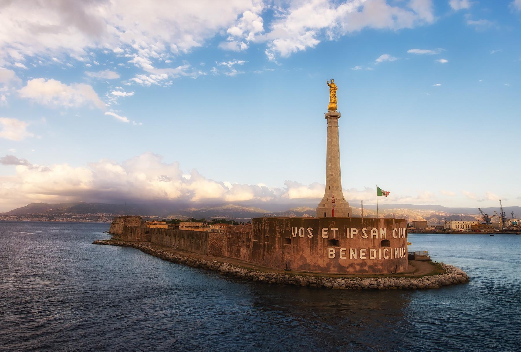 Pomnik przy wyjściu z portu na Sardynii.