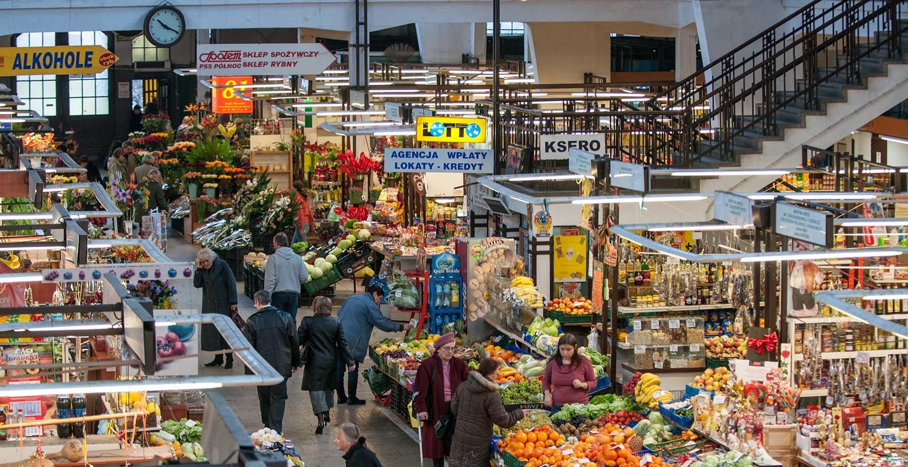 Stoiska z warzywami na hali targowej we Wrocławiu
