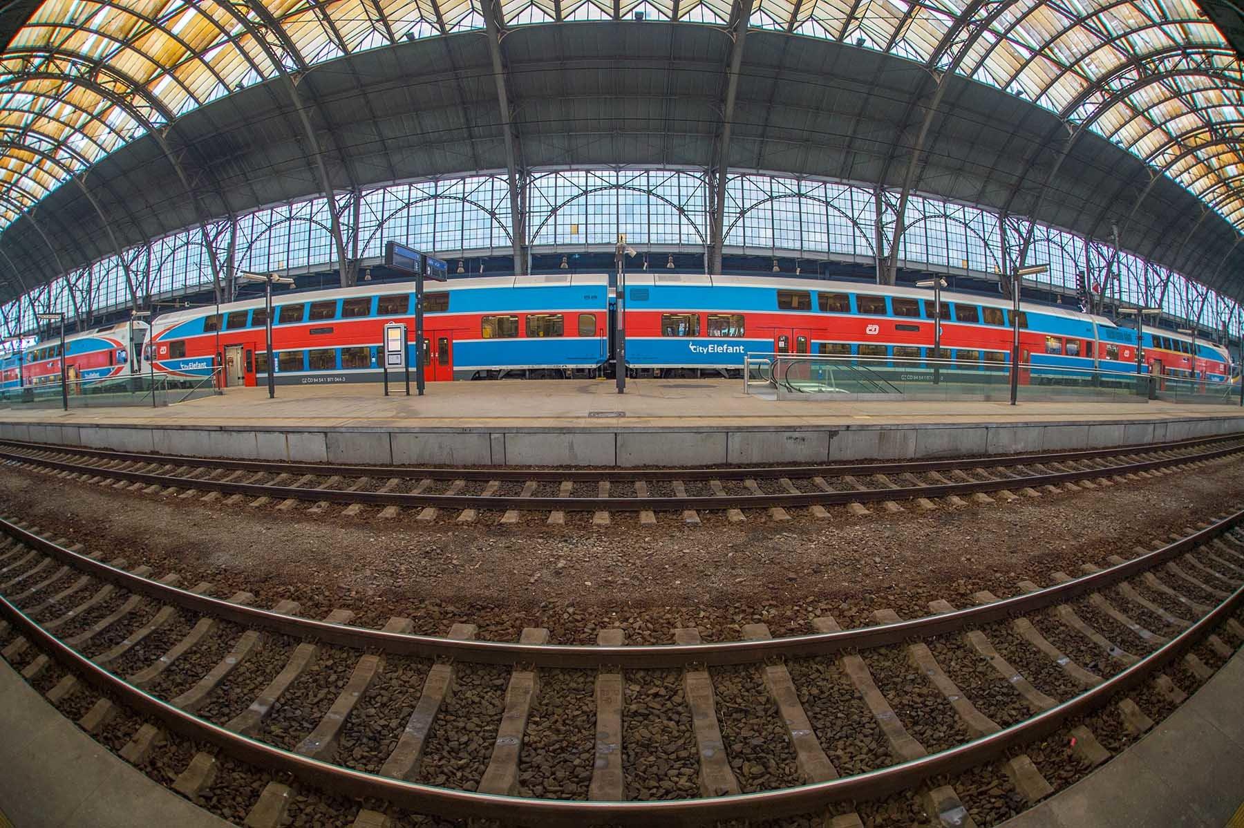 Pociąg na peronie dworca głównego w czeskiej Pradze.