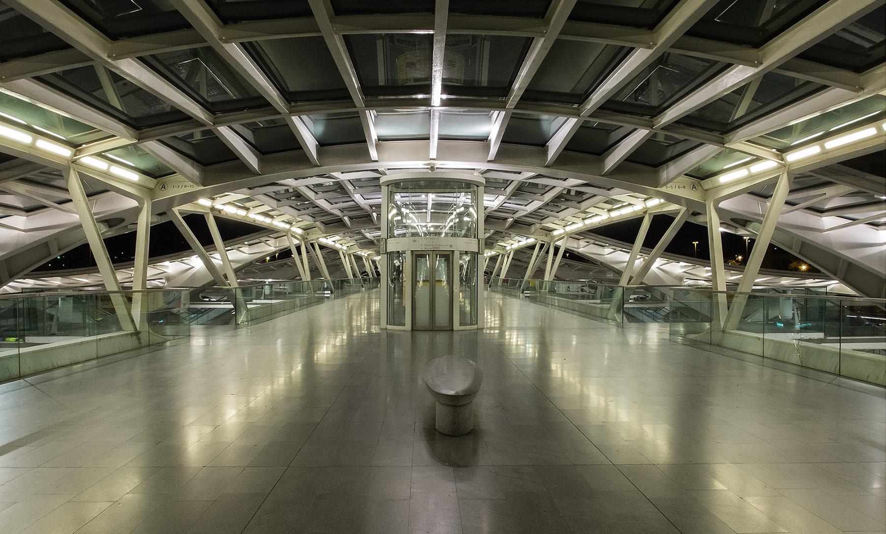 Dworzec autobusowy w Lizbonie wieczorem.