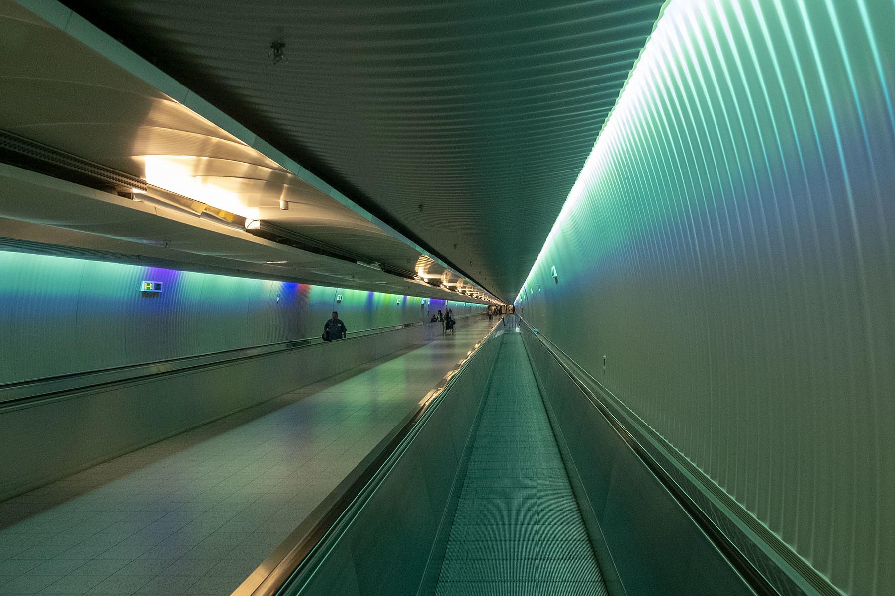 Przejście pomiędzy terminalami na lotnisku we Frankfurcie nad Menem