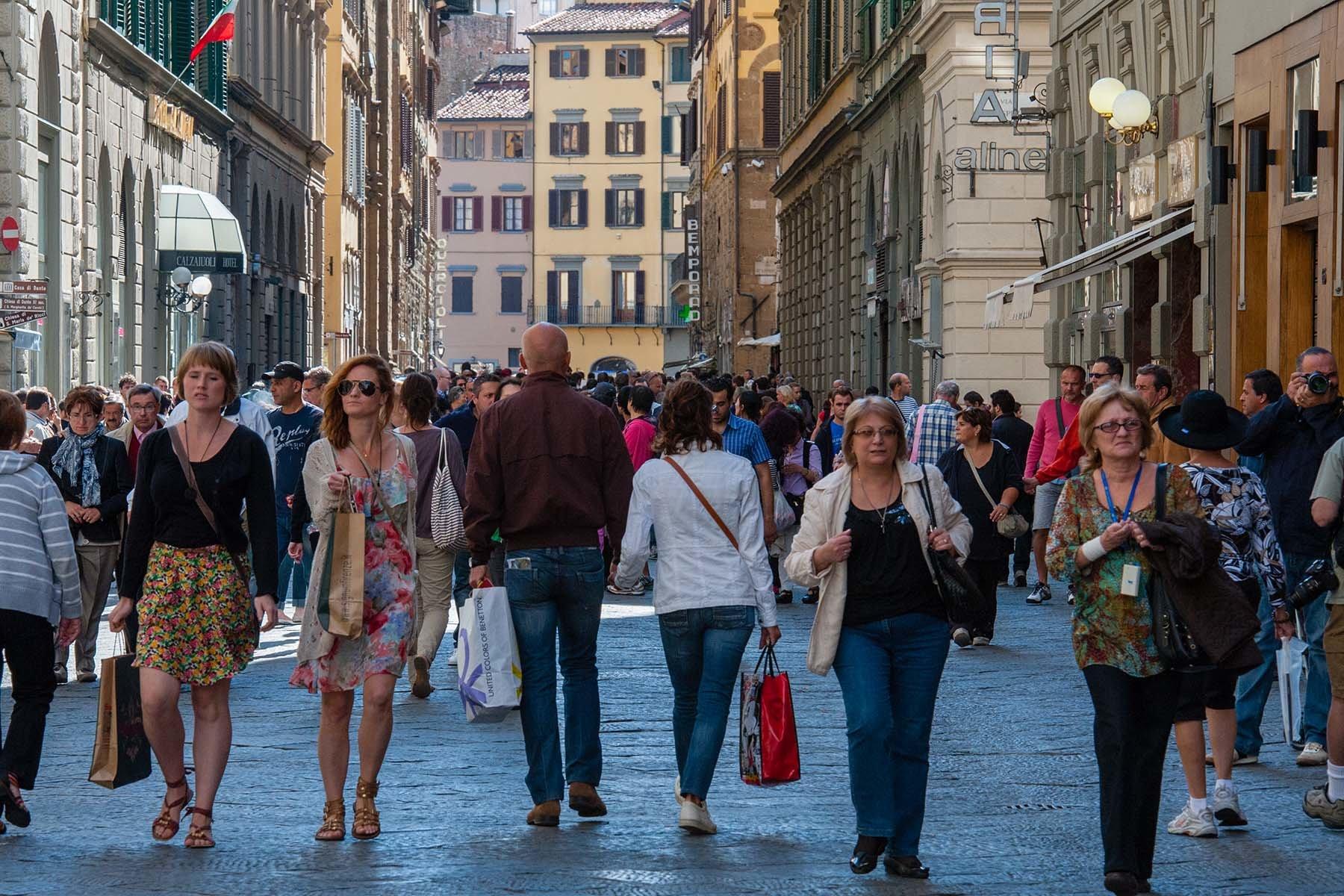 Turyści i mieszkańcy Florencji na głównej ulicy miasta.