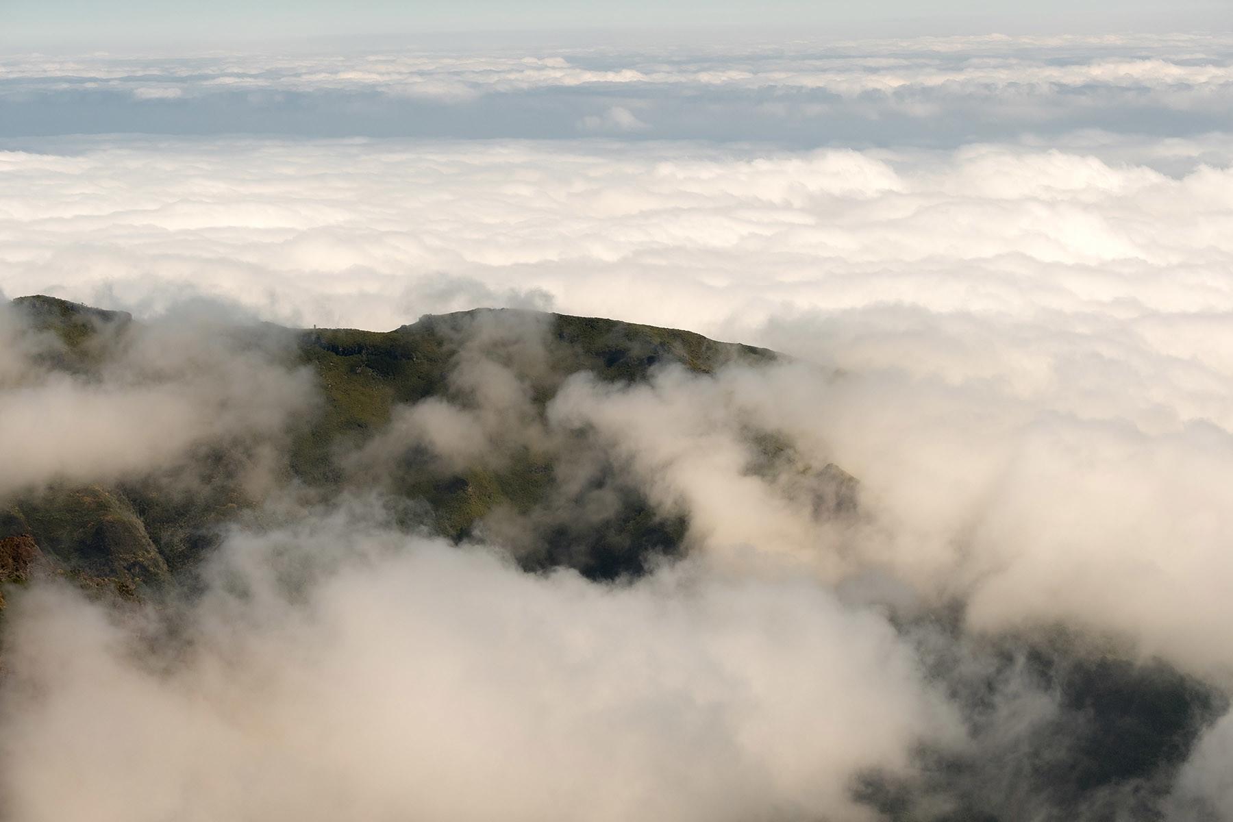 Szczyt Pico do Arieiro na Maderze w chmurach.