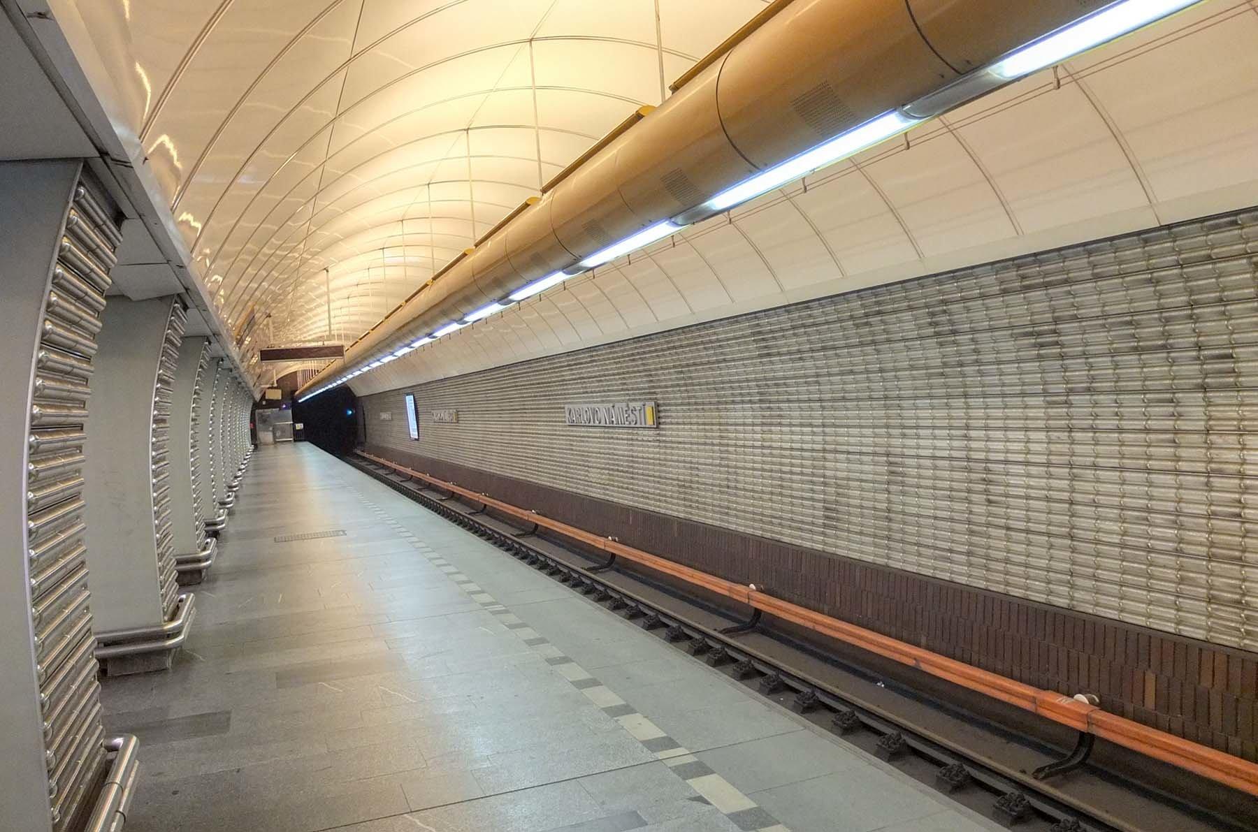 Peron stacji metra Karlove Namesti w Pradze