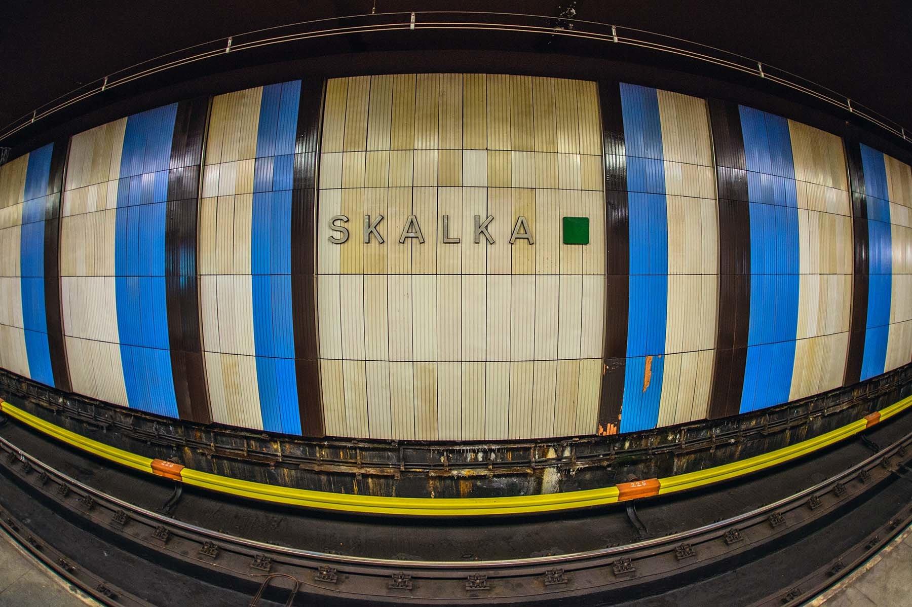 Kolorowa stacja metra w czeskiej Pradze.