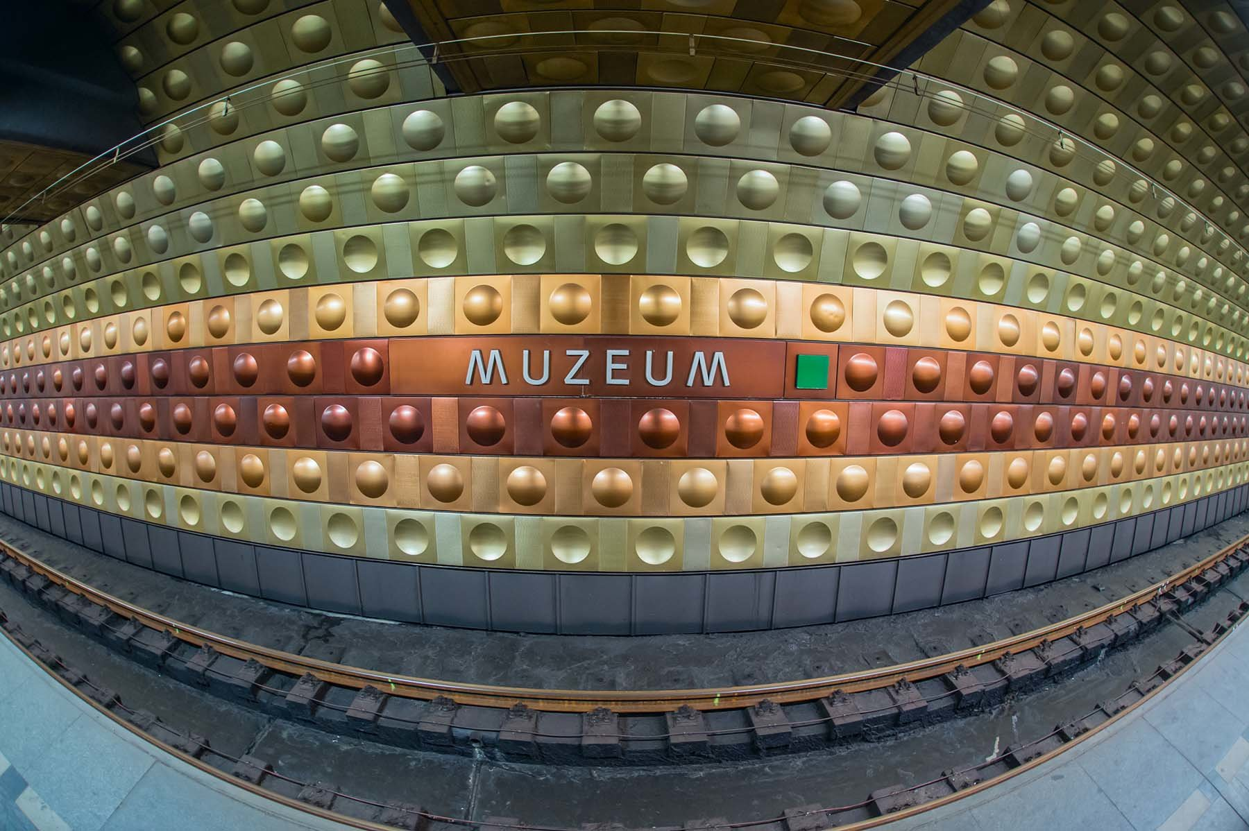 Kolorowe kafle w praskim metrze Mustek