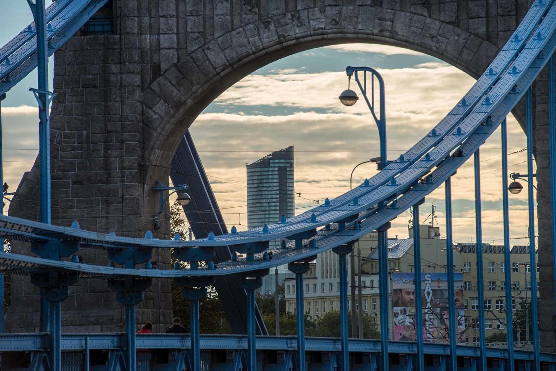 Fragment Mostu Grunwaldzkiego we Wrocławiu, w tle Sky Tower