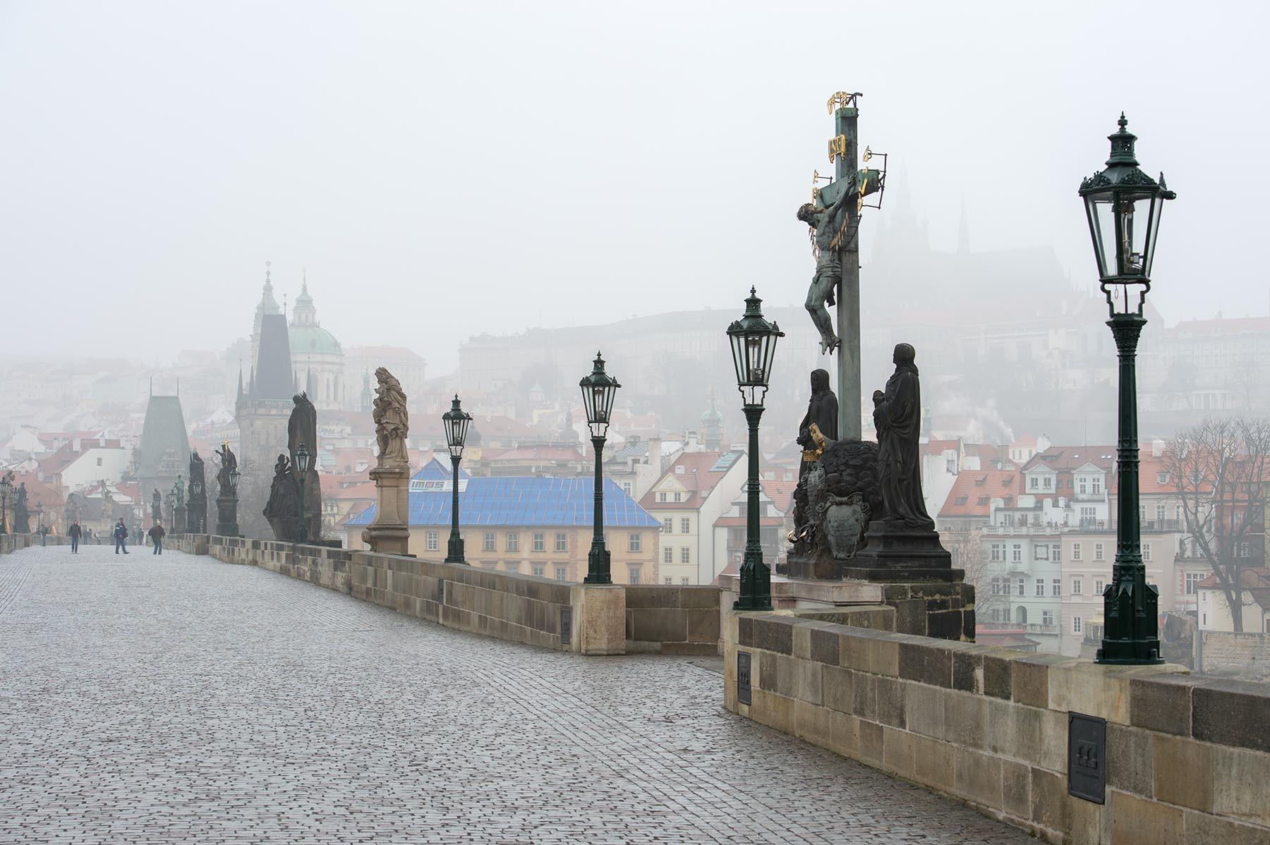 Most Karola i Hrad w Pradze w marcowy poranek
