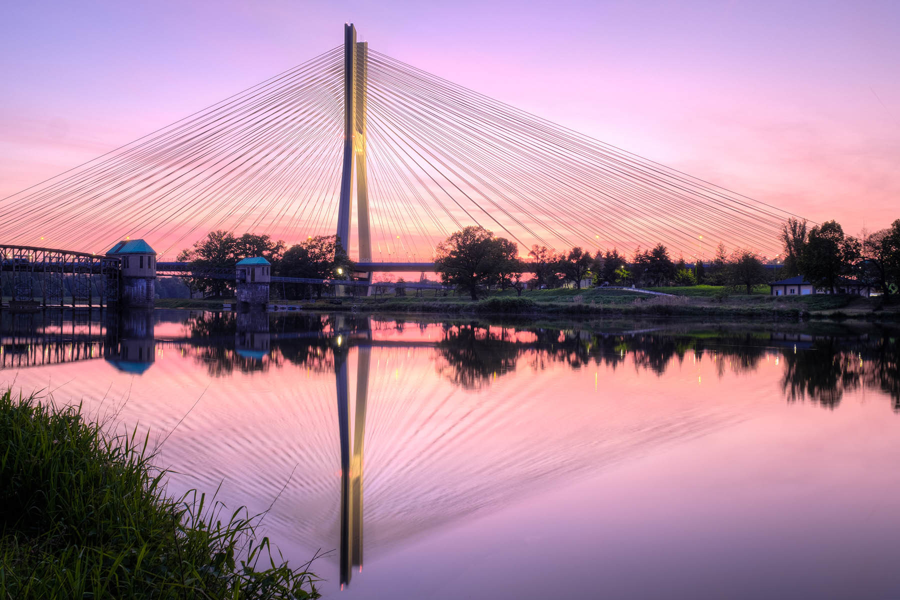 Most Tędziński w różowej poświacie zachodzącego słońca