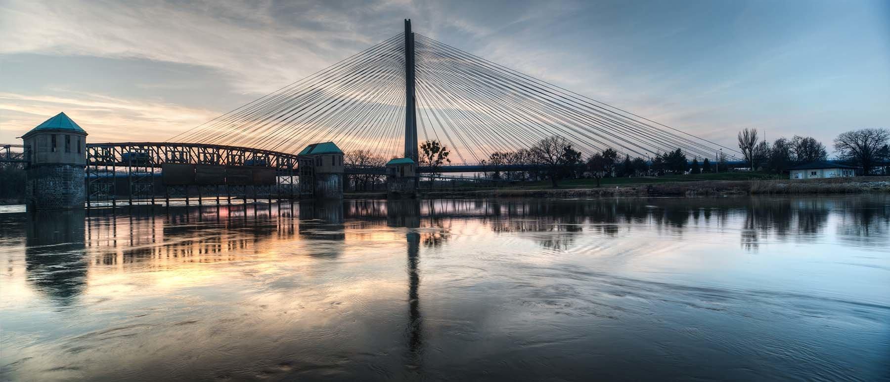 Panorama Odry z Mostem i Jazem Rędzińskm na tle zachodzącego słońca