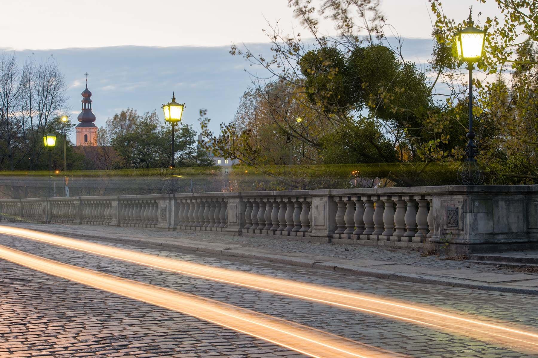 Zabytkowy most oławski we Wrocławiu w zachodzącym świetle