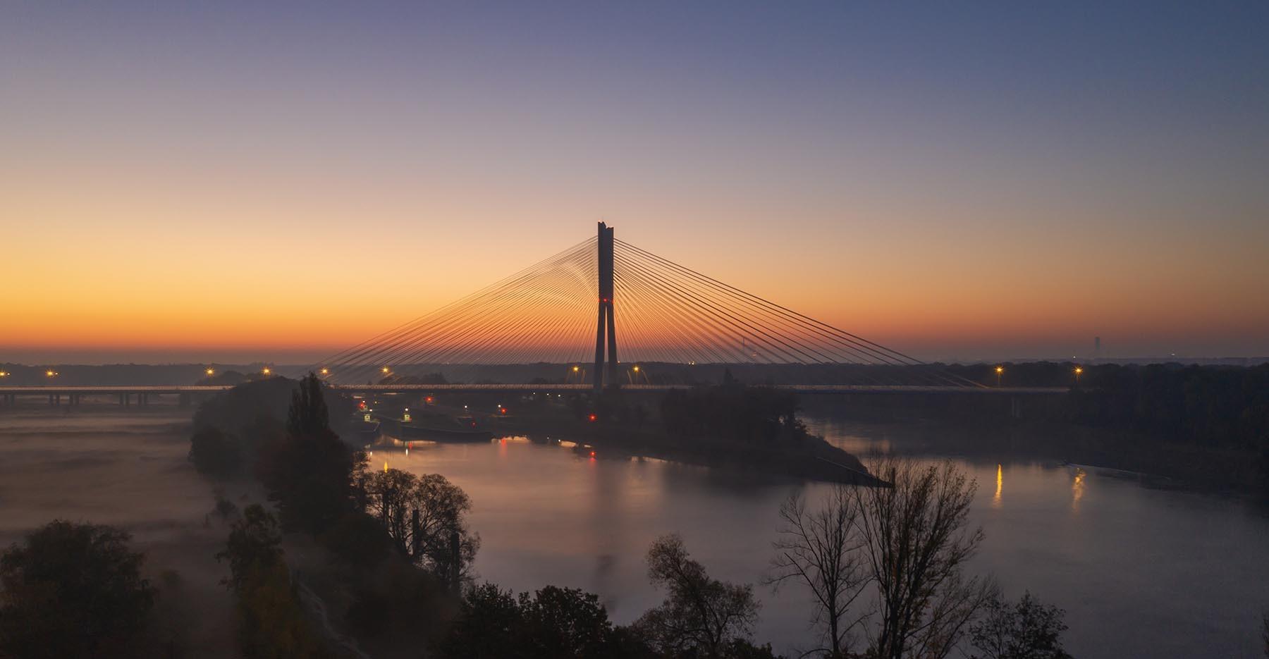 Poranne mgły i wschód słońca nad mostem rędzińskim