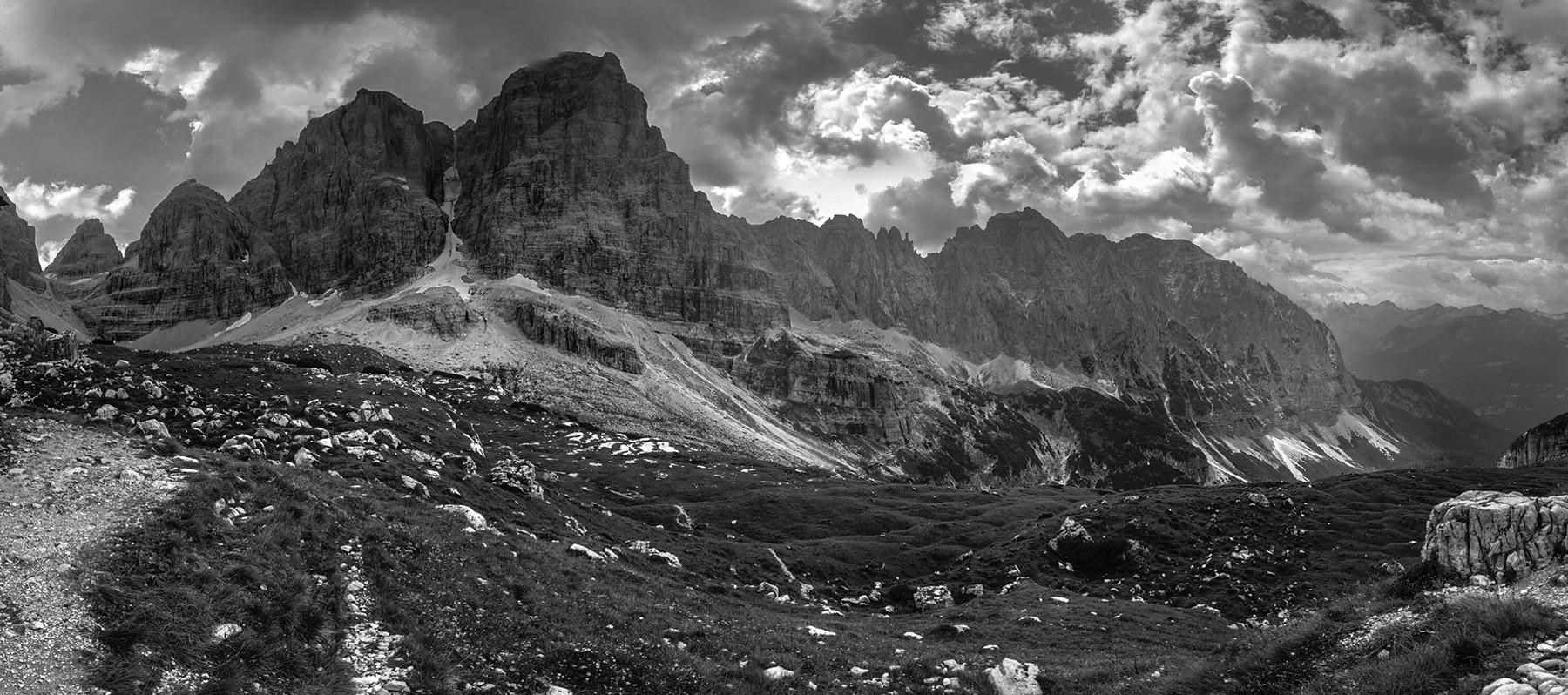 Czarno-biały pejzarz z widokiem na włoskie Dolomity w Adamello di Brenta.