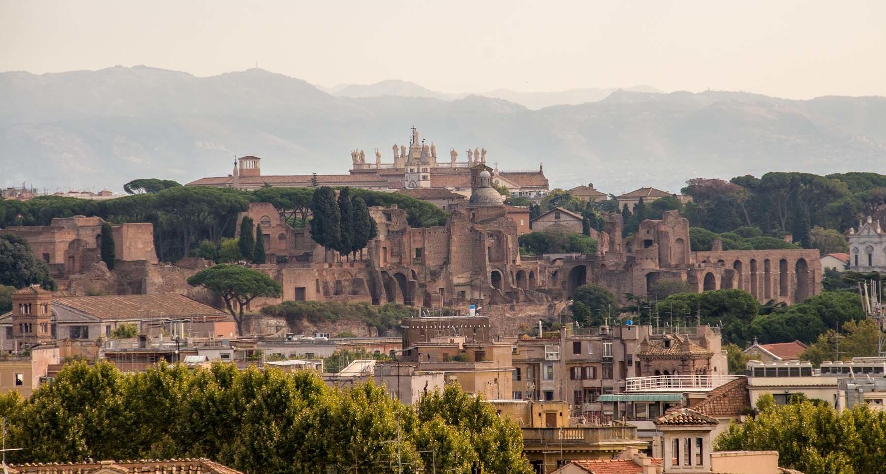 Widok na rzymskie ruiny i okalające Rzym góry