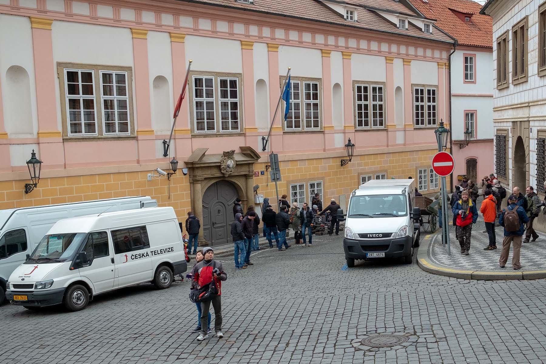 Ekipa filmowa Czeskiej Telewizji na uliczkach Pragi.