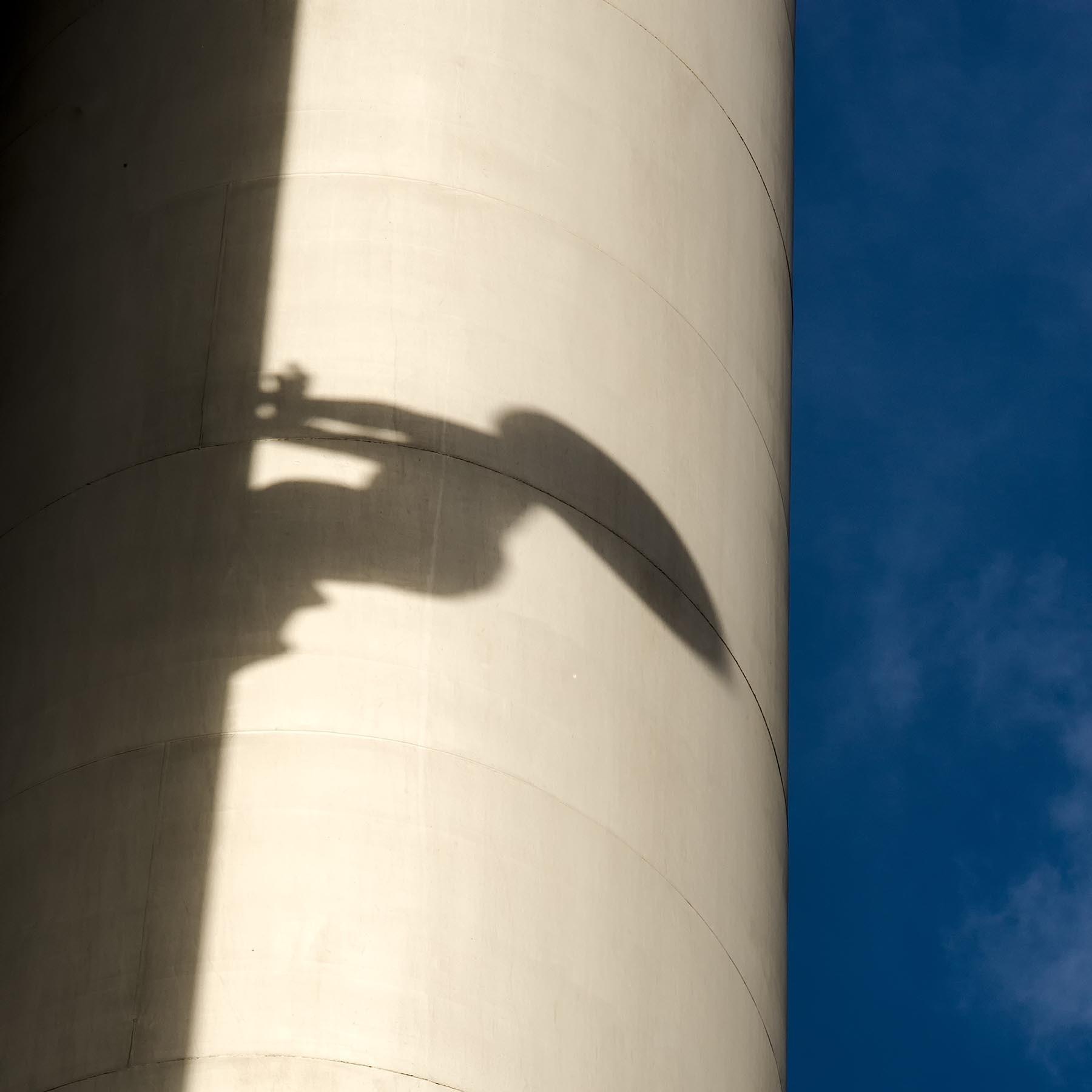 Cień rzeżby Davida Cernego na praskiej wieży telewizyjnej.