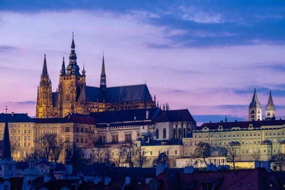 Kolorowy zachód słońca nad czeskim Hradem w Pradze