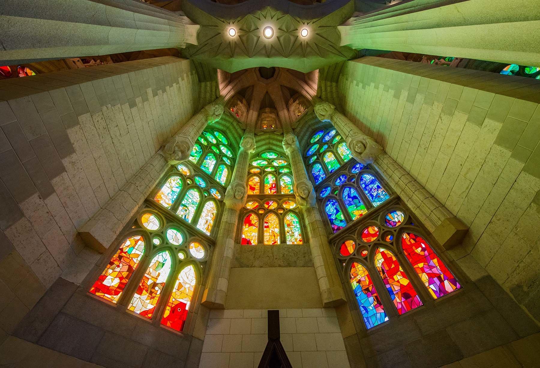 Gra świateł w kolorowych witrażach Sagrady Familia w Barcelonie.