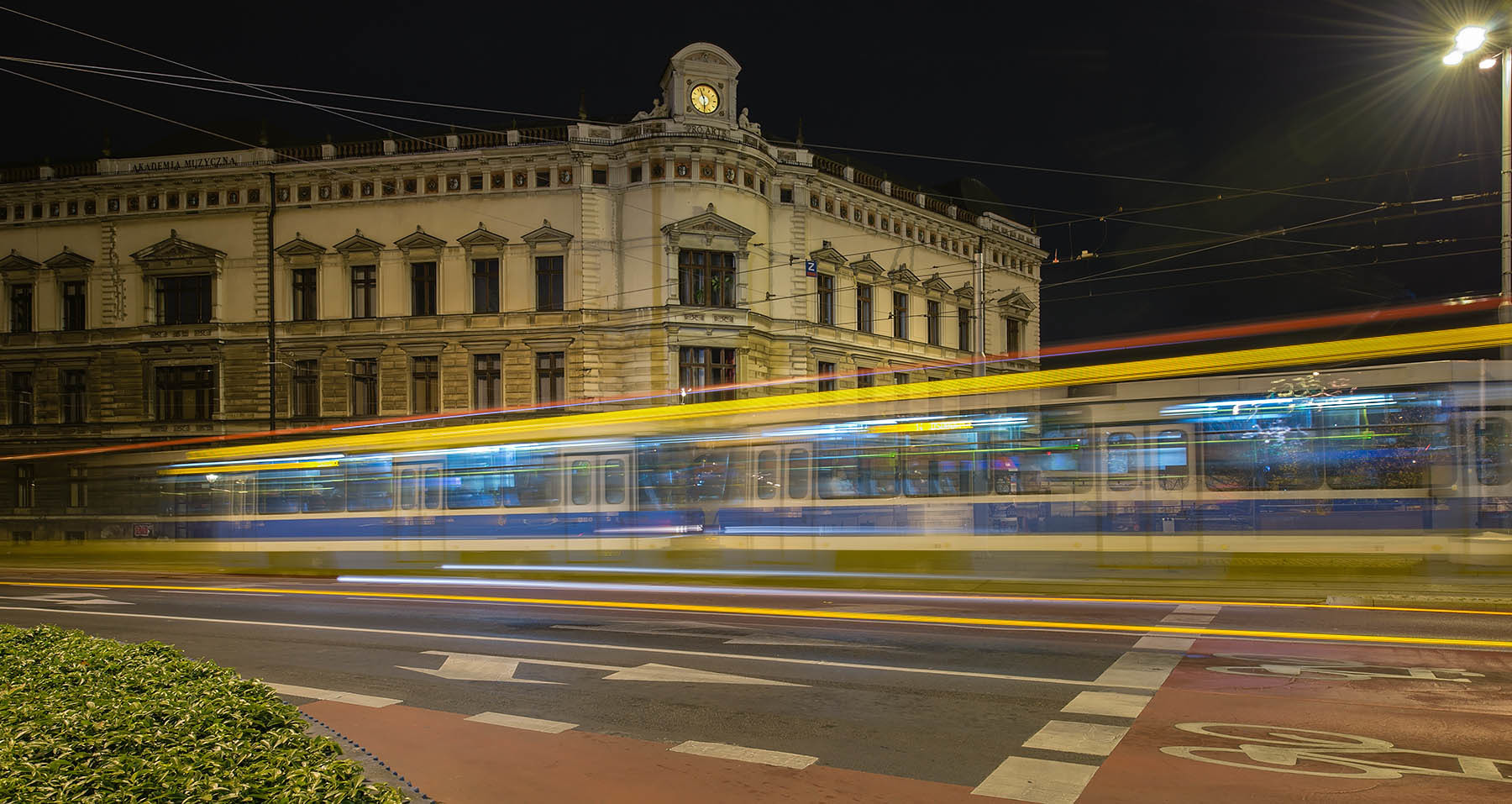 Nocny przejazd wrocławskiego tramwaja we Wrocławiu
