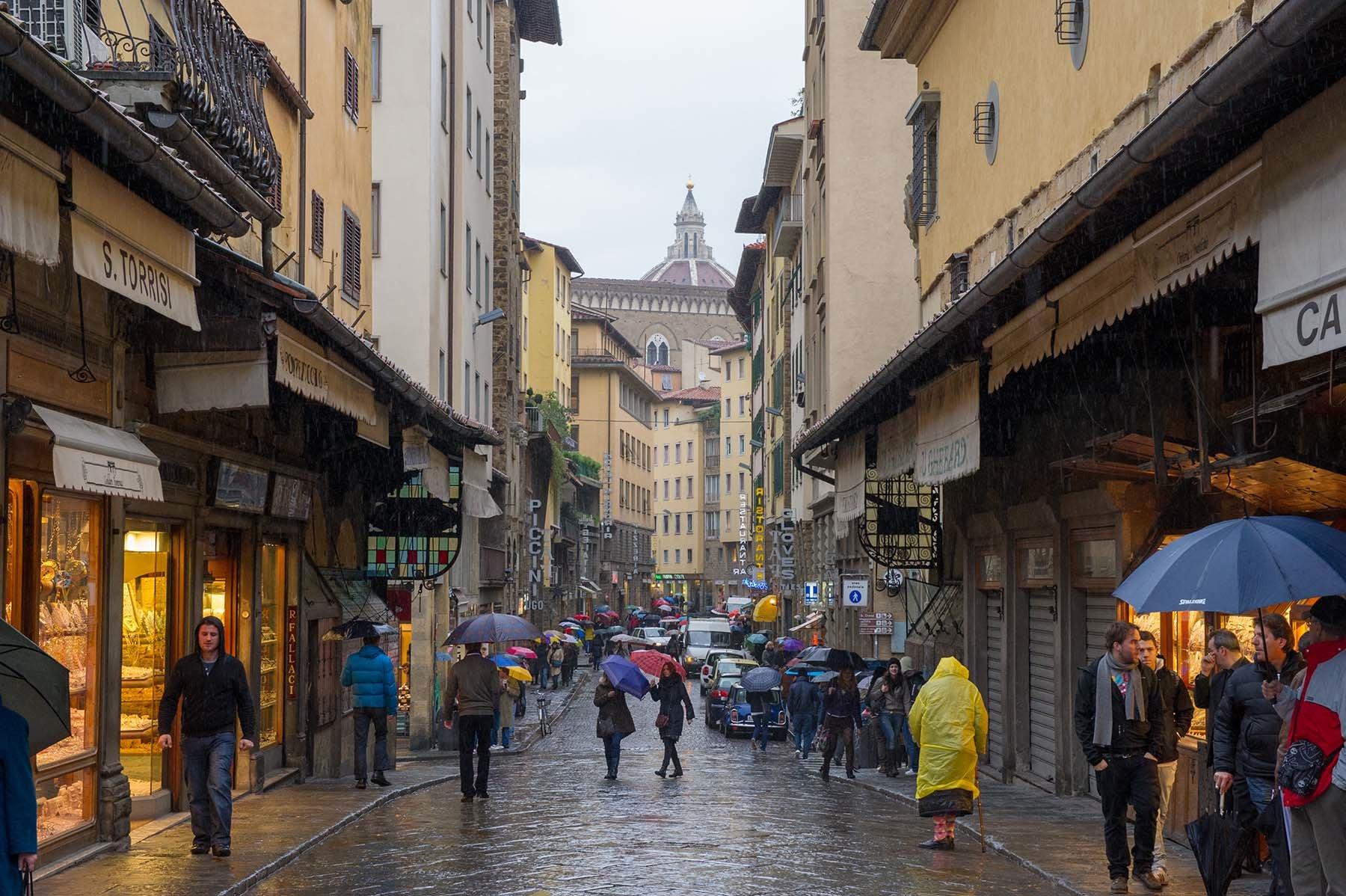Deszczowa ulica na Ponte Vecchio we Florencji