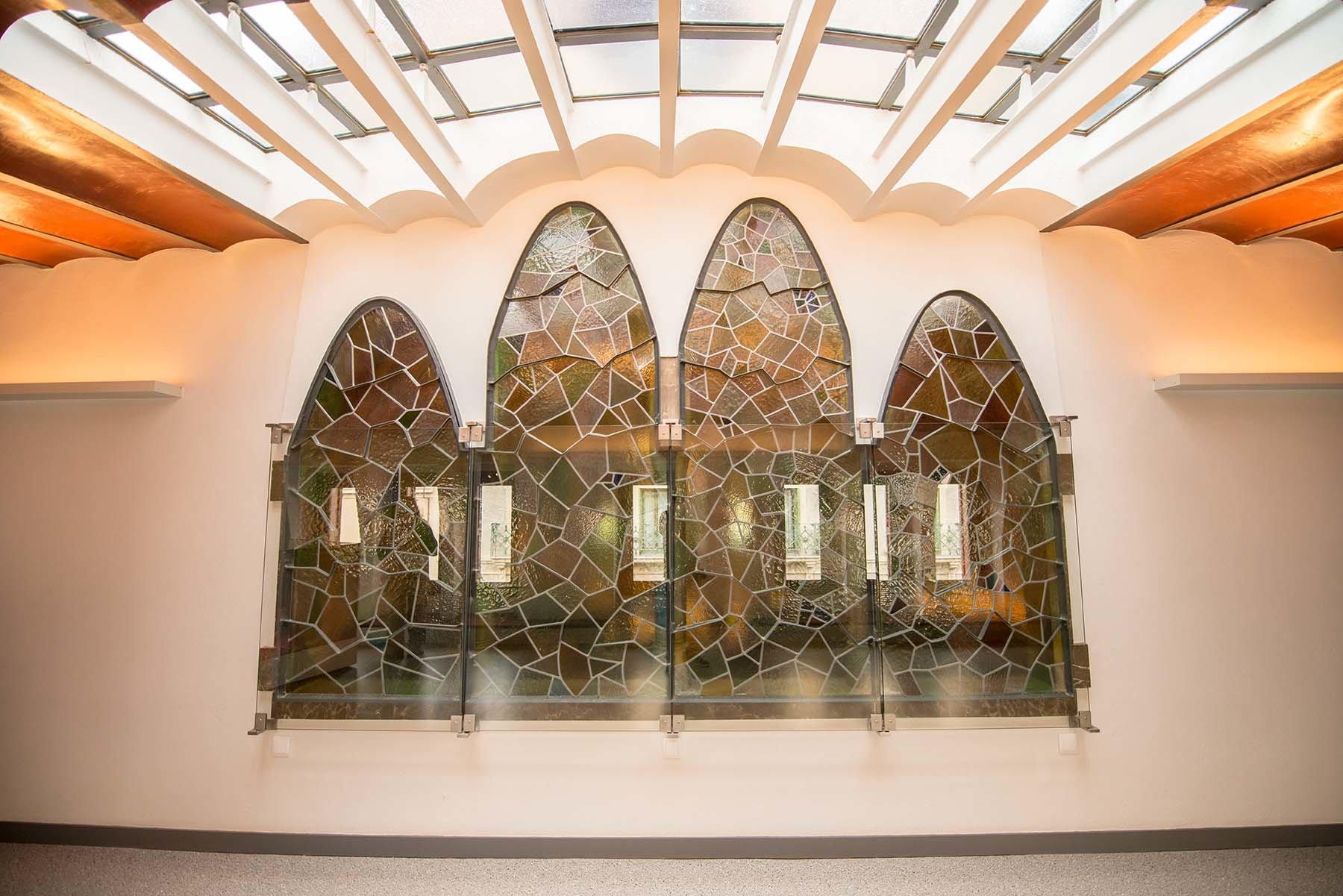 Witraże Gaudiego w Pałacu Guell w Barcelonie