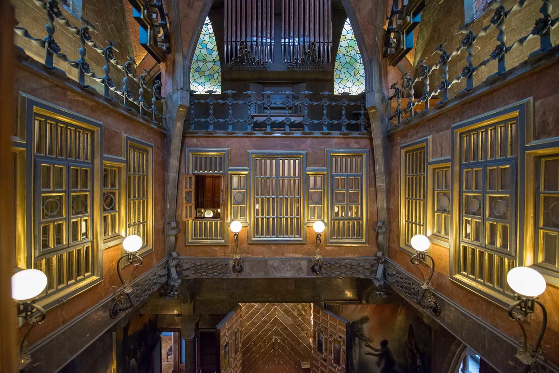 Wnętrze w Pałacu Guell w Barcelonie zaprojektowane przez Gaudiego