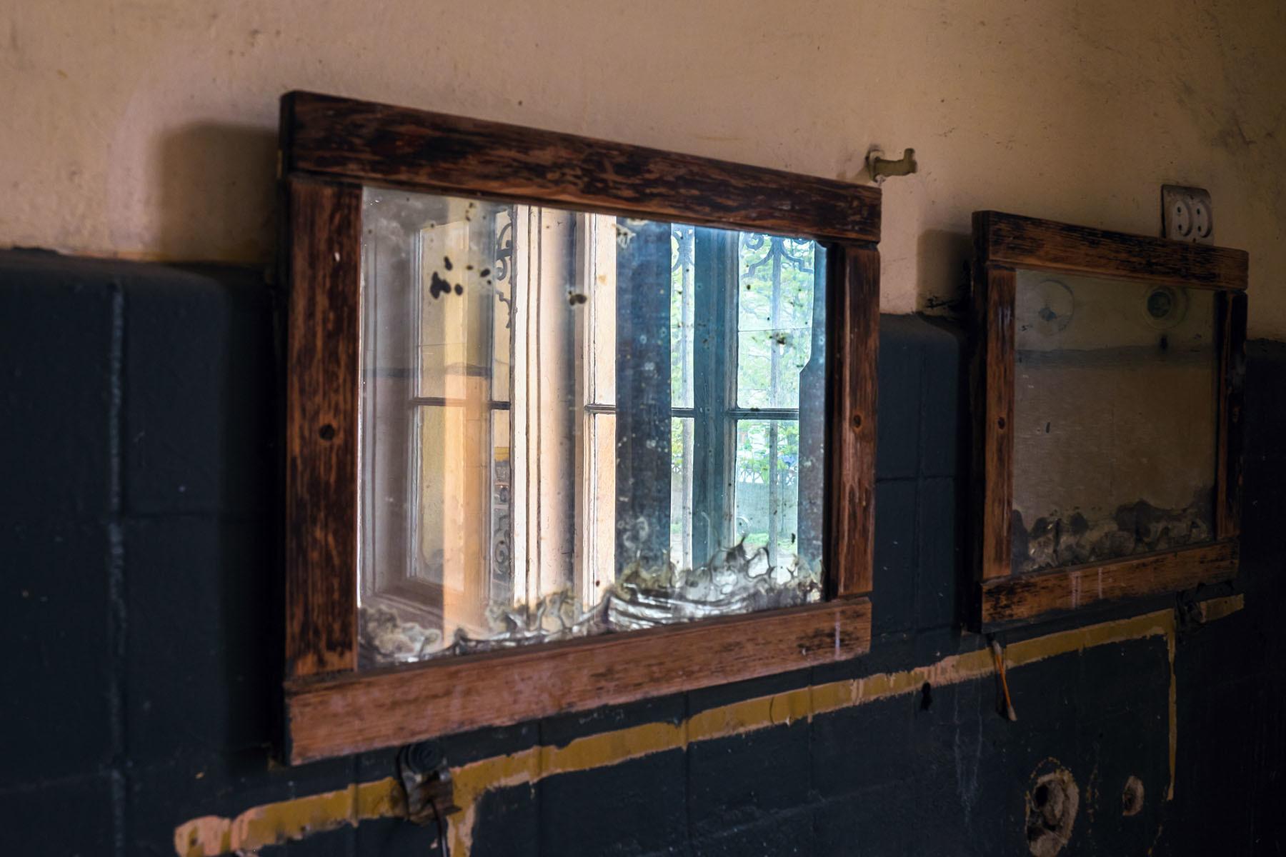 Stare lustra w łazience opuszczonej piekarni we Wrocławiu
